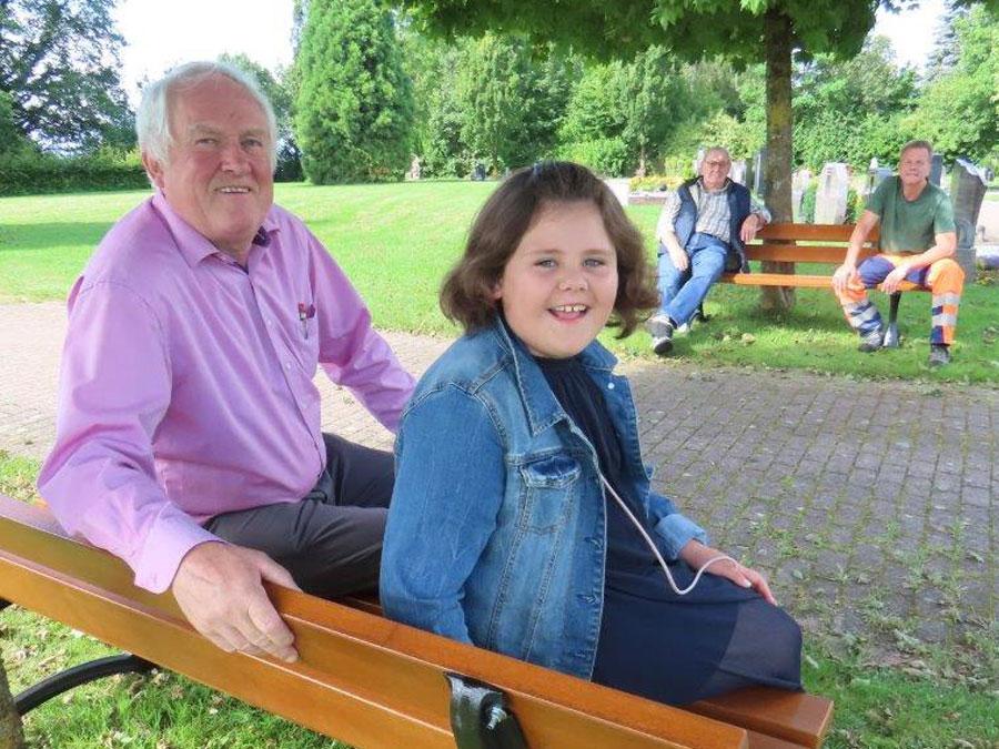 Neue Sitzbänke für den Friedhof in Rüthen